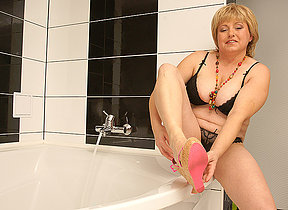 Hairy chubby mama playing in transmitted to bath