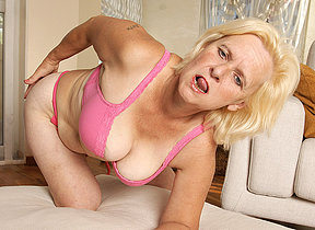 Marketable housewife Janice loves involving get wet and wild