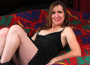 American mature lady playing with herself in bed