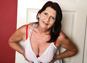 British mature hussy getting juicy and wild
